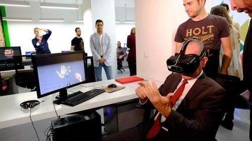 Alcalde de Málaga viendo un mundo virtual con las gafas de realidad virtual