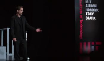 Tony Stark dando un discurso pro emprendimiento en el MIT